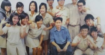 Mr Lau photo with Hwa Chong students