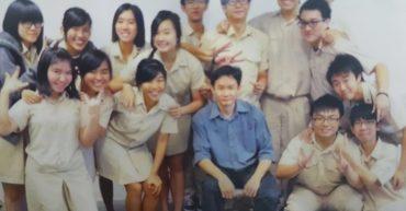 Mr Lau photo with Hwa Chong students